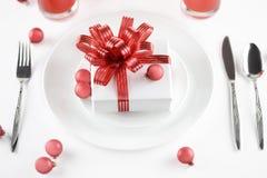 Geschenk auf Platte als Tabellendekorationen Lizenzfreie Stockfotografie