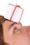 Geschenk auf Stirn des Jugendlichen Stockfoto