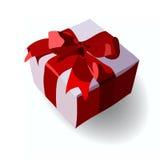 Geschenk auf Valentinstag Kätzchen, das durch den Sprung zwischen den Deckel und den Kasten lokalisiert auf einem weißen Hintergr Stockfoto