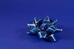 Geschenk-Bogen auf Blau Stockfotografie