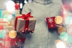 Geschenk, das Hand neues Jahr gibt Stockfotos