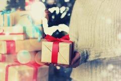 Geschenk, das Hand neues Jahr gibt Lizenzfreies Stockbild