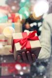 Geschenk, das Hand neues Jahr gibt Stockbilder