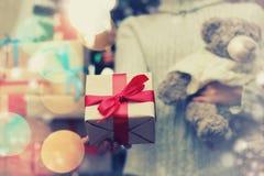 Geschenk, das Hand neues Jahr gibt Lizenzfreies Stockfoto