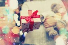 Geschenk, das Hand neues Jahr gibt Lizenzfreie Stockbilder