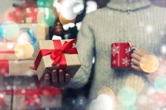 Geschenk, das Hand neues Jahr gibt Lizenzfreie Stockfotos