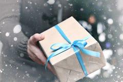 Geschenk, das Handweihnachten gibt Stockfoto