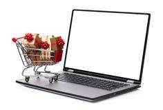 Geschenk, das im Internet kauft stockfotos