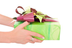 Geschenk in den Händen Lizenzfreies Stockfoto