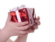 Geschenk in den Händen des Kindes Lizenzfreie Stockfotografie