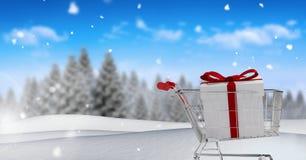 Geschenk in der Einkaufslaufkatze in der Weihnachtswinterlandschaft Stockfotografie