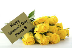 Geschenk der gelben Rosen der internationalen Frauen Tages lizenzfreie stockbilder