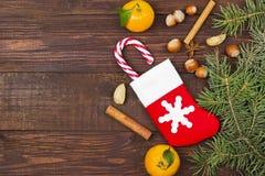 Geschenk in der Weihnachtssocke - Tangerine, Süßigkeit, Nüsse, Zimt Stockbilder