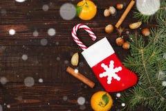 Geschenk in der Weihnachtssocke - Tangerine, Süßigkeit, Nüsse, Zimt Stockbild