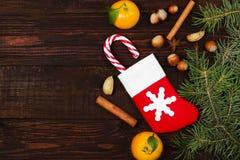 Geschenk in der Weihnachtssocke - Tangerine, Süßigkeit, Nüsse, Zimt Lizenzfreie Stockfotos