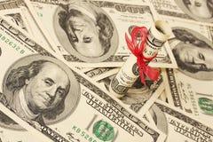 Geschenk des Geldes auf Geldamerikaner hundert Dollarscheine Lizenzfreies Stockbild