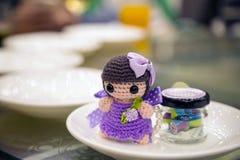 Geschenk durch die Hochzeitspaare in ihrem Hochzeitsbankett lizenzfreie stockfotos