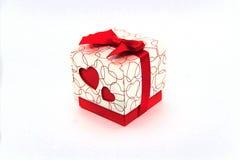 Geschenk in einem Kasten mit einem Herzen für den 8. März stockfotografie