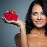 Geschenk in einem roten Kasten stockbild