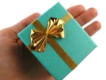 Geschenk in einer Hand stockfotografie