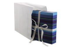 Geschenk eingewickelt in gestreiftem blauem Papier Lizenzfreie Stockbilder