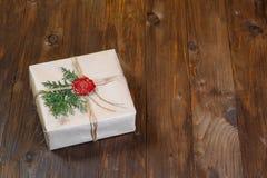 Geschenk eingewickelt im Kraftpapier, gebunden mit Schnur und geklebtem Wachssiegel Lügen auf der Tabelle Stockfotos