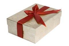 Geschenk eingewickelt mit rotem Bogen Stockfotografie