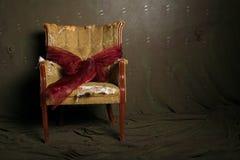 Geschenk eingewickelter drastischer Stuhl Stockfotos
