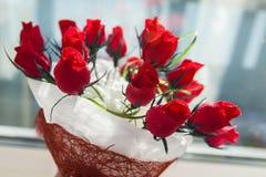 Geschenk für den Feiertagsblumenstrauß von roten Rosen Stockbild