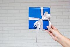 Geschenk für einen Feiertag oder ein festliches Ereignis Stockfotografie