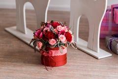 Geschenk für Valentinsgruß-Tag in Form eines Blumeneimers Stockbild