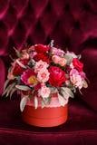 Geschenk für Valentinsgruß-Tag in Form eines Blumeneimers Lizenzfreie Stockfotos