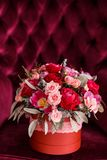 Geschenk für Valentinsgruß-Tag in Form eines Blumeneimers Lizenzfreie Stockfotografie