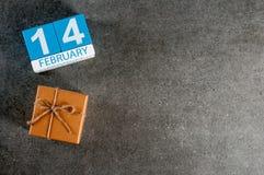Geschenk für Valentinstag 14. Februar - Kalender mit leerem Raum für Grüße, Schablone oder Modell Internationale Liebe Stockbild