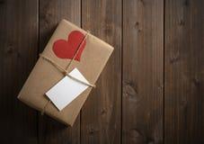 Geschenk für Valentinstag mit roten Herzen Lizenzfreie Stockfotografie