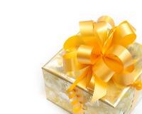 Geschenk gepackt im goldenen Papier auf Weiß stockfoto