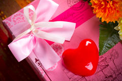 Geschenk im rosa Kasten mit rotem Herzen Stockbild