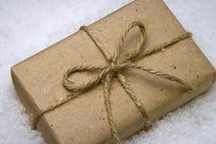 Geschenk im Schnee Stockfoto