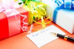 Geschenk-Kästen. Beglückwünschung zu einem Geburtstag. Stockfotos