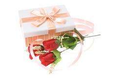 Geschenk-Kasten mit roten Rosen Stockbilder