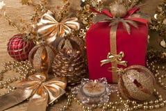 Geschenk, Kerzen, Bälle des neuen Jahres lizenzfreies stockfoto