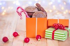 Geschenk mit Bonbons in der Weihnachtsatmosphäre Lizenzfreie Stockfotografie