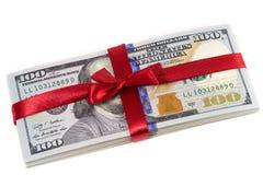 Geschenk mit 100 Dollarscheinen Lizenzfreies Stockfoto