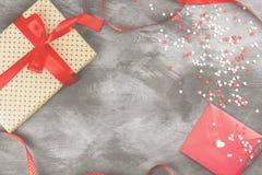 Geschenk mit einer Bürokratie, Liebesbrief hängt am Seil und an den Herzen auf a Lizenzfreie Stockfotos