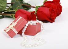 Geschenk mit einer Perlenhalskette Lizenzfreie Stockfotos
