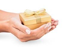 Geschenk mit goldenem Bogen Lizenzfreie Stockfotos