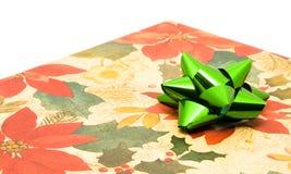 Geschenk mit grünem Bogen Lizenzfreie Stockfotografie