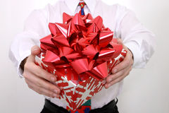 Geschenk mit großem rotem Bogen Stockfoto