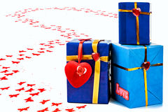 Geschenk mit Herzen Lizenzfreies Stockbild
