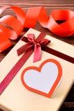 Geschenk mit Herzen und Band Stockfoto